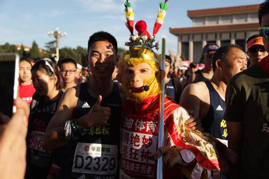 """孙悟空""""大闹""""北京马拉松开跑现场"""