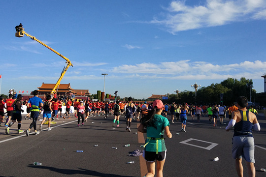 北京马拉松开跑后 天安门广场一片狼藉
