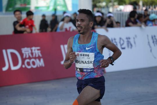 冲刺!北京马拉松冠军诞生