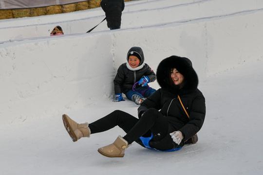 哈尔滨赏冰玩雪庆新年