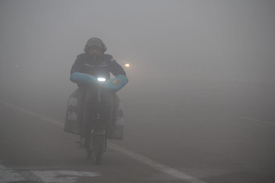 强浓雾袭山东威海  局地能见度不足50米