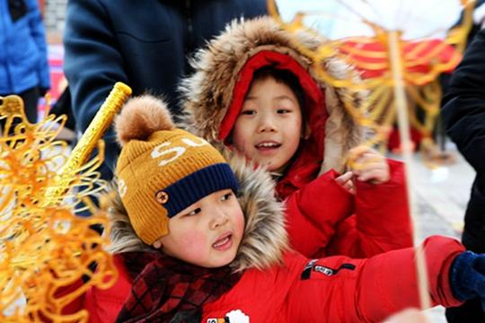 红灯高挂人流如织 沈阳皇城庙会春节氛围浓