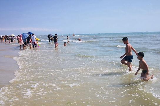 广西北海银滩游人如织戏水忙