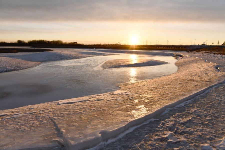 内蒙古牙克石冰雪消融 冰块晶莹剔透如宝石