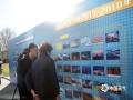 中国气象局局长刘雅鸣在中国天气网摄影大赛展板前观赏。(拍摄:刘珺)