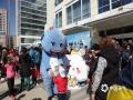 世界气象日活动现场人山人海,中央气象台吉祥物和小朋友友好互动。(拍摄:刘珺)