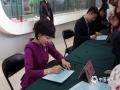 世界气象日活动现场人山人海,中央电视台天气预报节目主播们给公众签名。 (拍摄:刘珺)