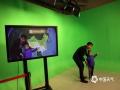 世界气象日活动现场人山人海,天气预报主持人和小朋友们亲切互动。 (拍摄:刘珺)