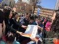 """今天(23日)是第五十九个世界气象日,主题是""""太阳、地球和天气""""。中国气象局举行系列科普活动,并免费向公众开放。图为工作人员向公众发放中国气象报323专刊。 刘若馨 摄影"""