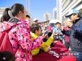 """今天(23日)是第五十九个世界气象日,主题是""""太阳、地球和天气""""。中国气象局举行系列科普活动,并免费向公众开放。图为小学生们""""采访""""气象专家。 简菊芳摄影"""