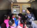 """今天(23日)是第五十九个世界气象日,主题是""""太阳、地球和天气""""。中国气象局举行系列科普活动,并免费向公众开放。图为小朋友们大气成分观测车。简菊芳 摄影"""