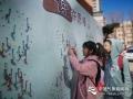 """今天(23日)是第五十九个世界气象日,主题是""""太阳、地球和天气""""。中国气象局举行系列科普活动,并免费向公众开放。图为小朋友正在许愿墙上挂许愿瓶。谷星月摄影"""