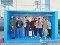 """今天(23日)是第五十九个世界气象日,主题是""""太阳、地球和天气""""。中国气象局举行系列科普活动,并免费向公众开放。图为八一学校的中学生们在互动体验区合影。申敏夏摄影"""