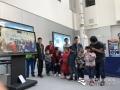 """今天(23日)是第五十九个世界气象日,主题是""""太阳、地球和天气""""。中国气象局举行系列科普活动,并免费向公众开放。图为在国家卫星气象中心,小朋友们在排队体验风云气象卫星混合现实演示。吴鹏摄影"""