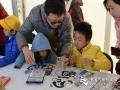 """今天(23日)是第五十九个世界气象日,主题是""""太阳、地球和天气""""。中国气象局举行系列科普活动,并免费向公众开放。图为制作卫星模型。崔国辉 摄影"""