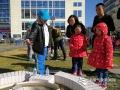 """今天(23日)是第五十九个世界气象日,主题是""""太阳、地球和天气""""。中国气象局举行系列科普活动,并免费向公众开放。图为来自农科院附小的科普小讲解员向小朋友讲解蒸发传感器原理。李一鹏 摄影"""