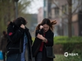 本周末,北京阵风较大、气温偏低。中午12点,颐和园内游客受风寒天气影响明显。(拍摄?#21644;?#26195;)