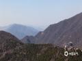 清明临近,天气持续风干物燥。昨天(1日),北京市发布了今年第一个森林火险红色预警。今日在北京著名景点香山及其附近地区,记者看到环卫车陆续洒水降燥,环卫工人增加巡逻严防火灾发生,公园门口显示屏也不间断的滚动防火提示。(图/王晓)