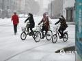 今天(4日)内蒙古呼伦贝尔普降春雪,?#36335;?#19968;夜之间重回冬季,当地气象台发布了道路结冰黄色预警。降雪给人们出行带来不便,但?#19981;航?#20102;去冬今春以来的干旱,并且为森林草原防火带来了有利条件。(图/余昌军)