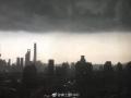 """4月天孩儿面,说变就变!今天(9日)中午左右,上海大风、降雨、雷电突然来袭,天空秒变黑夜,黑云压顶?#36335;?#38663;撼大片,网友表示:""""何方高人在此?#23665;伲俊薄?#25454;了解,上海大风橙色预警和雷电黄色预警齐发。图片来源于网友,具体见水印。"""