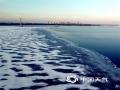 """?4月初,松花江哈尔滨段迎来开江。冰河经历了漫长冬季,被春的执着感动,逐渐龟裂、分解、消融。记者来到松花江边,用镜头记录下冰雪精灵最后的身影,让冷与暖、静与动、白与黑,共同奏响最后的""""冰与水""""之歌。?(文/王楠 摄/吕国君)"""