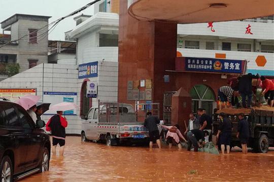 广东新兴短时猛烈降雨 县城汪洋一片学生蹚水返校