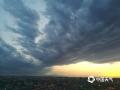 4月15日16-17时,西安地区出现了短时大风降雨天气,最大风速达9级,风雨过后西边天空霞光和乌云形成鲜明对比,非常震撼。4月15日19时左右拍摄于西安太华路立交桥。(图文/贾毅萍)