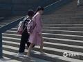 今天(16日)下午14时许,北京城区大部分地区气温已经在24-25℃左右,空气湿度仅有30%左右,行走在太阳下,燥热的感觉明显。在街头,人们已经迫不及待地换上了夏装,短袖、裙装齐上阵。图片拍摄于紫竹桥附近。(图/王晓)