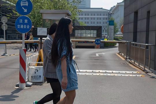 热如初夏 北京街头短袖裙装齐上阵