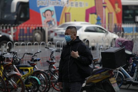 北京空气质量不佳 市民出行口罩遮面