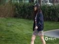 今日(17日)北京天气晴热,午后最高气温已经超过25℃,街头的美女已经穿着各式的裙装。图片拍摄于北京三里屯。(图/王晓)