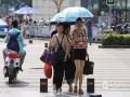 中国天气网广西站讯  昨天(18日)下午,南宁持续多日的阴雨天气暂告段落,拨云见日,阳光晒照。晴好天气的到来,也使得气温逐渐走高,今天(19日)16时达到33.4℃,预计明天气温将升至35℃,或创今年新高,闷热的天气,出行的朋友们注意做好防晒。市民们撑伞遮阳。(图文/刘英轶)