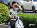 中国天气网广西站讯  昨天(18日)下午,南宁持续多日的阴雨天气暂告段落,拨云见日,阳光晒照。晴好天气的到来,也使得气温逐渐走高,今天(19日)16时达到33.4℃,预计明天气温将升至35℃,或创今年新高,闷热的天气,出行的朋友们注意做好防晒。骑车市民用手遮挡阳光。(图文/刘英轶)