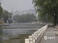 今天(22日),北京大气扩散条件不佳,截至13时AQI指数189,为中度污染,民众出行纷纷佩戴口罩。图片拍摄于紫竹桥附近。(图/王晓)