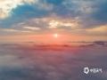 4月17日清晨,贵州省福泉市被一层薄薄的云雾覆盖,城市建筑、山间田野若隐若现,晨光与云海相互辉映,美如仙境。(图/阮洪福)