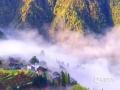 4月5日,一场春雨过后,广西龙胜出现了晴空之下白云拦腰的景观。丝丝缕缕似有若无的白雾,飘忽于南山脚下的平等乡太平村一带,隐约可见的村庄梯田,宛如世外桃源。(图/李庭韩 文/伍钊)