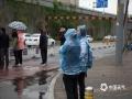 在经历了两天轻到中度空气污染后,今天(24日)上午起,北京出现了全市性的大风降雨降温天气,在雨水的洗刷和风力的吹拂之下,北京市空气质量明显改善,今日13时北京空气质量指数(AQI)为17,空气质量优。图片拍摄于北京西直门及人民大学附近。(图/王晓)