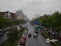 在经历了两天轻到中度空气污染后,今天(24日)上午起,北京出现了全市性的大风降雨降温天气,在雨水的洗刷和风力的吹拂之下,北京市空气质量明显改善,今日13时北京空气质量指数(AQI)为17,空气质量优。图片拍摄与北京西直门及人民大学附近。(图/王晓)