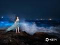 """中国天气网讯 4月25日至26日,福建平潭沿海""""蓝眼泪""""超级大爆发,海面被梦幻的荧光蓝点覆盖,仿佛置身于阿凡达里的潘多拉星球。""""蓝眼泪""""其实是一种会发光的海洋浮游生物""""希氏弯喉海萤"""",其受海浪拍打等刺激时发出浅蓝色的光,当大量""""希氏弯喉海萤""""聚集的时候,就形成了无比美丽的荧光蓝海。(图/汤珺琳)"""