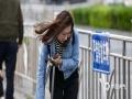 """中国天气网讯 今日(30日),北京天空湛蓝白云飘飘,但风力较大,街头出行的美女无论长发短发,都有些""""风中凌乱""""。目前北京的大风蓝色预警信号仍在生效当中,预计今天全市大部分地区有4~5级偏北风,阵风可达7~8级。(图/王晓)"""