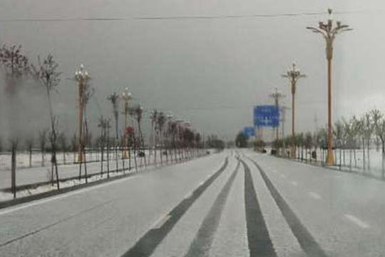 新疆巴里坤冰雹来袭 覆盖大地犹如5月飞雪