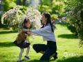 """中国天气网讯 五月除了鲜花,还有""""母亲节""""!在夕阳下,美妈和萌娃们之间的温馨瞬间,被用镜头记录下来。祝福美妈们节日快乐!(图/王晓)"""