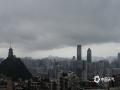 中国天气网讯 5月9日早上,贵阳市降下小雨,截至中午时分雨水收场,天空阴云未散。图为城市上空乌云密布。(石奎/摄)
