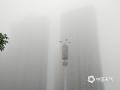 中国天气网讯 5月10日清晨,大雾弥漫衡阳城区,部分区域能见度不到100米,城市在浓雾中一片朦胧,市民出行受到影响。图为大雾中的衡阳街景。(李英姿 摄)