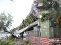 """2017年8月23日,台风""""天鸽""""横扫广东。24日,离台风中心还有一段距离的开平市损毁?#29616;亍?#22270;为巨型广告?#39057;?#22522;被大风连根拨起倒塌在民宅上。(文/黄玉明 图/?#25788;?#27743;)"""