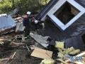 2018年9月6日,在日本北海道厚真町,救援人员在一处倒塌的房屋附近搜救。据中国地震台网中心网站消息,日本北海道6日发生6.9级地震。目前,地震已造成至少2人死亡、125人受伤、39人失踪。暂无中国公民伤亡的报告。新华社记者邓敏摄