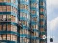"""2018年9月22日,台风""""?#34903;瘛?#36807;后,香港海滨广场大厦幕墙玻璃碎裂,工人们正加紧维修。(拍摄者 隋彪)"""