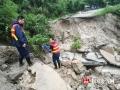 2017年8月12日,受强降雨影响,湖南省平江县南江镇白合村公路坍塌。(摄影/罗彬)