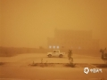 2019年5月4日下午,新疆若羌县遭特强沙尘暴袭击,沙尘暴来势汹汹,像一堵黑墙迅速向若羌县城靠近,在短短的几分钟内就将县城笼罩了起来,天空顿时一片漆黑,如同夜晚一般。(图/王爱华)