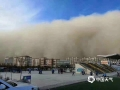 2018年11月25日下午,受冷空气锋面过境影响,甘肃张掖地区出现了大风、沙尘暴天气,最低能见度仅584米,民众看到并拍下了沙墙的景象。(图/韩树浦)